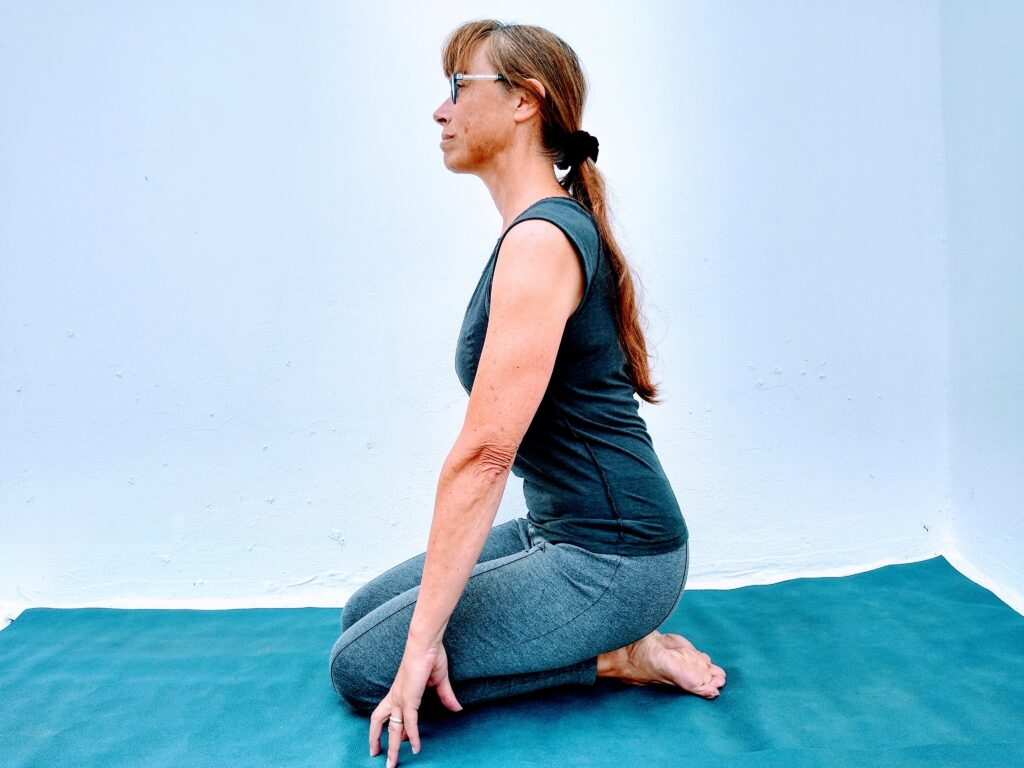 yoga for athletes trainer Sarah Ramsden demo Top of foot stretch for runners