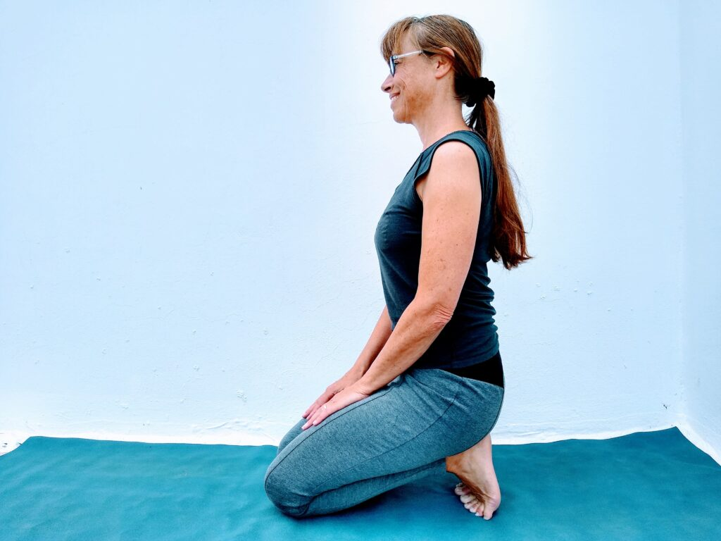 yoga for athletes trainer Sarah Ramsden demo Toes tucked under stretch